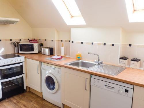 A kitchen or kitchenette at Holiday Home Glenlogie