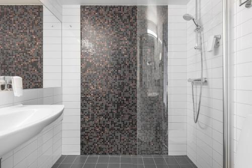 Ett badrum på Quality Hotel Luleå