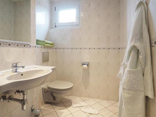 A bathroom at Kurhotel zu Heringsdorf