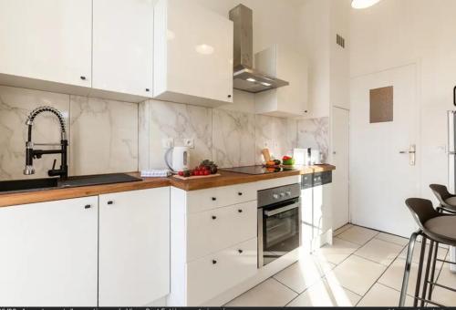 A kitchen or kitchenette at La Lodge