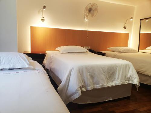 A bed or beds in a room at Hotel El Carmelo Miraflores
