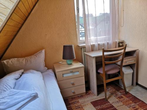 Ein Bett oder Betten in einem Zimmer der Unterkunft Zum Erbacher Hof