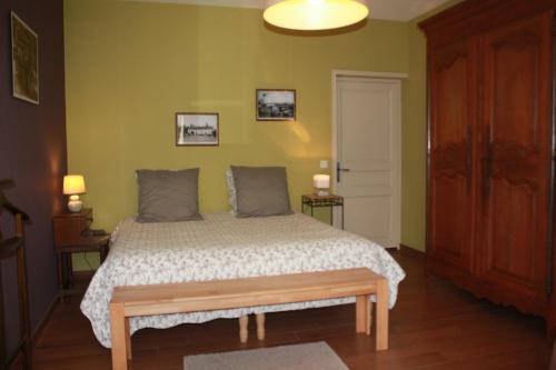 A bed or beds in a room at Chambres d'hôtes La Verrerie du Gast