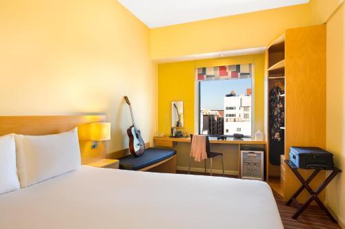 Säng eller sängar i ett rum på Ibis Al Rigga