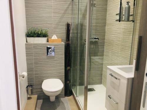 A bathroom at Studio No. 6 Cathédrale Vieux-Port - cosy - design