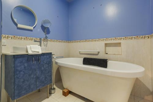 A bathroom at Cornwall Cottage, 3 bedroom, Fantastic View