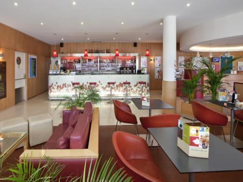 De lounge of bar bij Hotel ibis Porto Sao Joao