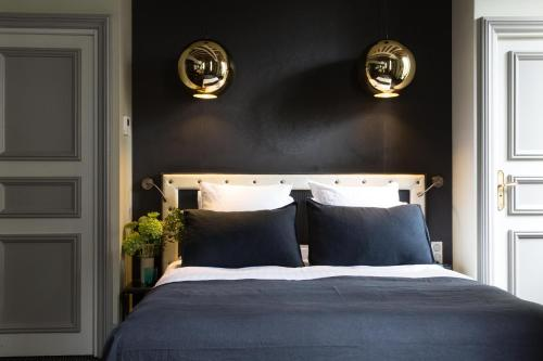 A bed or beds in a room at Hôtel Le Relais Saint-Germain
