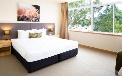 A bed or beds in a room at Metro Mirage Hotel Newport