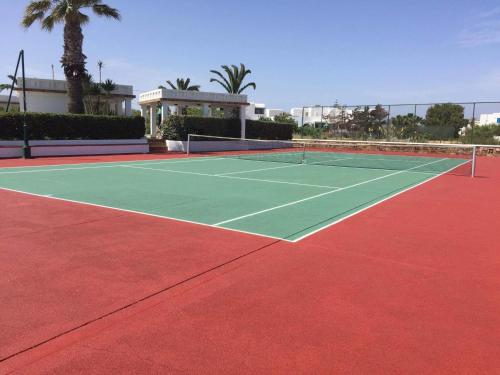Tennis and/or squash facilities at Porto Naxos or nearby