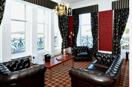 A seating area at Columba Hotel