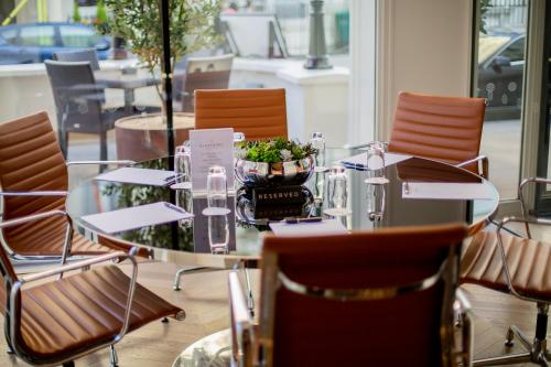A restaurant or other place to eat at Blakemore Hyde Park