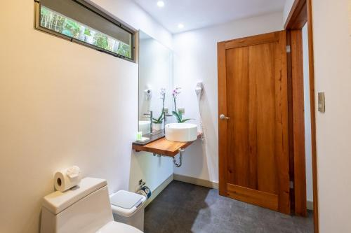 A bathroom at La Vela Boutique Hotel