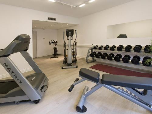 The fitness center and/or fitness facilities at DORMERO Hotel Dessau-Roßlau