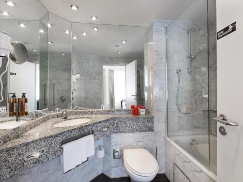 A bathroom at DORMERO Hotel Dessau-Roßlau