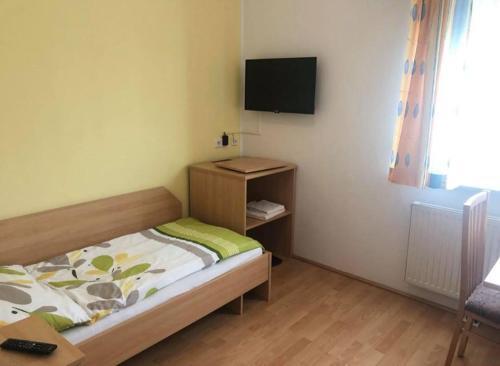 Ein Bett oder Betten in einem Zimmer der Unterkunft Gasthaus-Pension zum Löwen