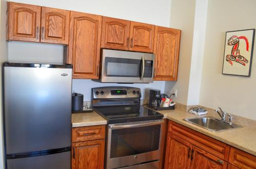 A kitchen or kitchenette at Edgewater Hotel