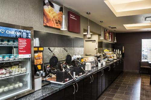 A restaurant or other place to eat at Comfort Suites Kelowna