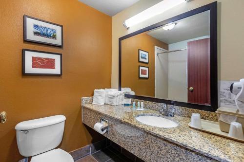 A bathroom at Quality Suites Addison-Dallas