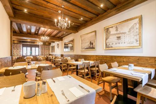 Ein Restaurant oder anderes Speiselokal in der Unterkunft Hotel Sailer