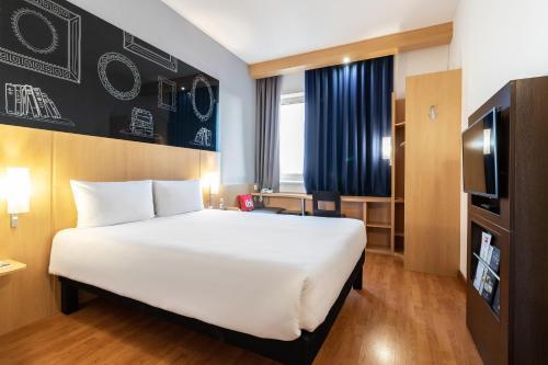 Łóżko lub łóżka w pokoju w obiekcie ibis Kiev City Center