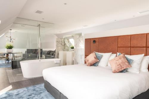 A bed or beds in a room at Boutique Hotel Sablon