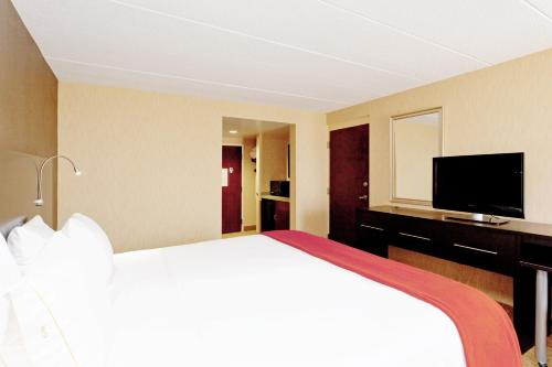 A bed or beds in a room at Holiday Inn Express Hotel & Suites Dover, an IHG Hotel