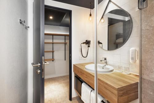 A bathroom at H2 Hotel München Olympiapark