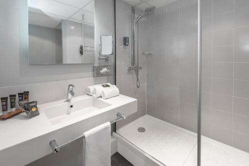 A bathroom at Novotel Blois Centre Val De Loire