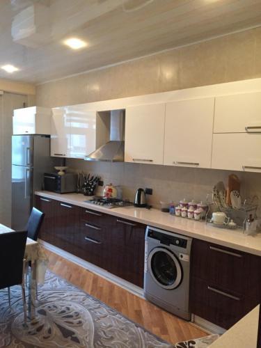 A cozinha ou cozinha compacta de BAKU-WHITE CITY