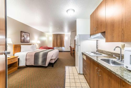 A kitchen or kitchenette at Welcome Suites-O'Fallon