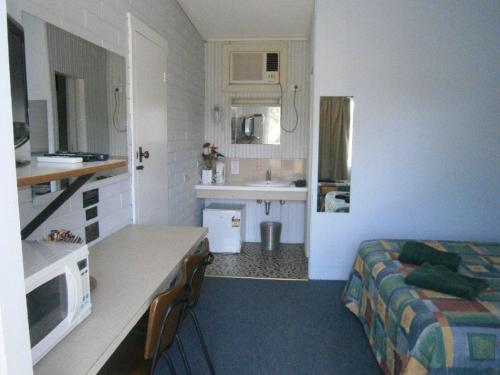 A kitchen or kitchenette at Nhill Holiday Inn