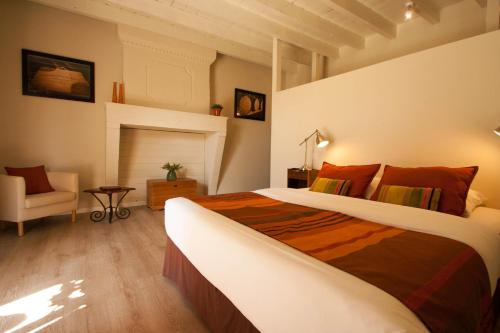 A bed or beds in a room at Bleu Raisin