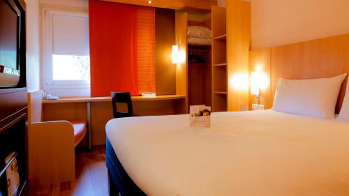 A bed or beds in a room at ibis Grenoble Centre Bastille