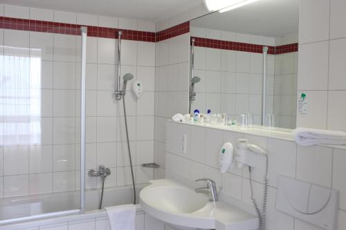A bathroom at AZIMUT Hotel City South Berlin