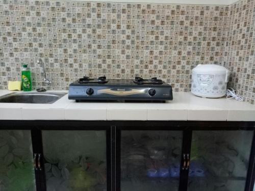A kitchen or kitchenette at Villa keluarga permata batu