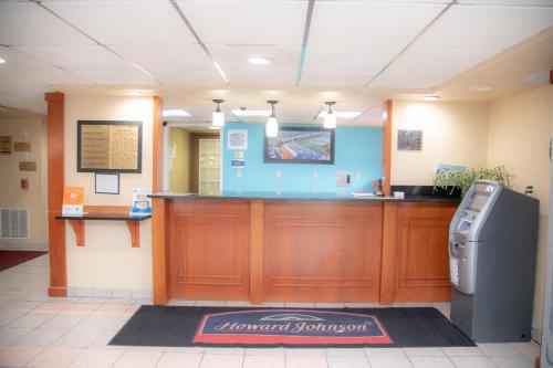 The lobby or reception area at Howard Johnson by Wyndham Allentown/Dorney Hotel & Suites