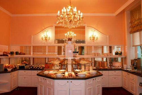 A kitchen or kitchenette at Hotel Kaiserhof Deluxe