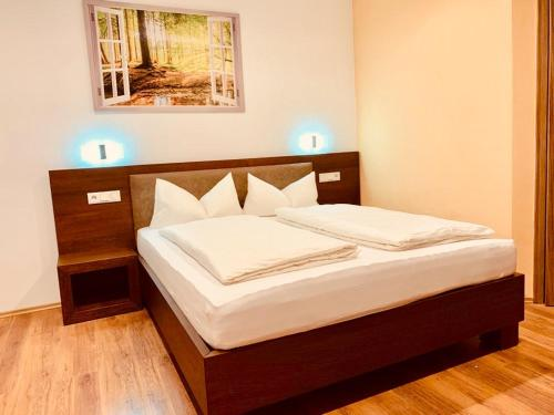A bed or beds in a room at Pension Leona