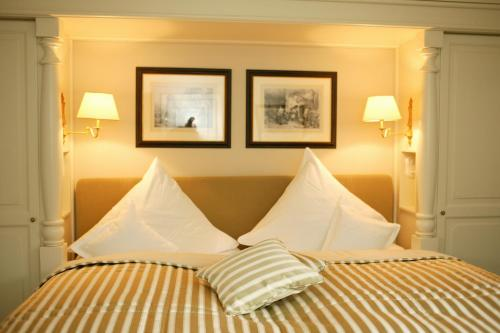 A bed or beds in a room at Schloss Auel Boutique Hotel