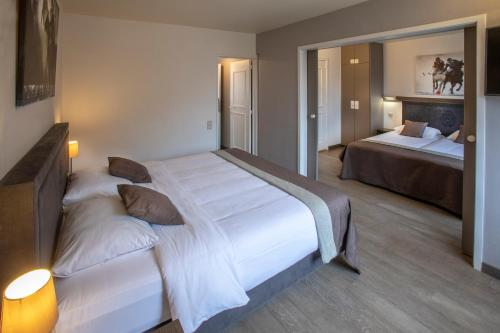 A bed or beds in a room at Hotel Auberge St. Pol