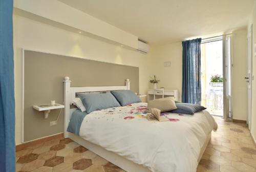 Letto o letti in una camera di Ragusa exclusive flat with terrace and barbecue