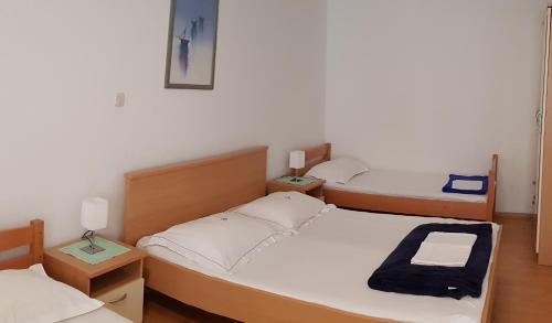 Postel nebo postele na pokoji v ubytování Apartments Baška Voda Jadran