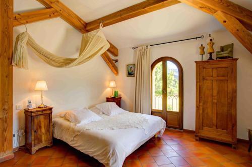 Ein Bett oder Betten in einem Zimmer der Unterkunft La Ferme Rose-Hôtel de Charme