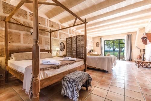 A bed or beds in a room at Finca Agroturismo Sa Cova den Borino