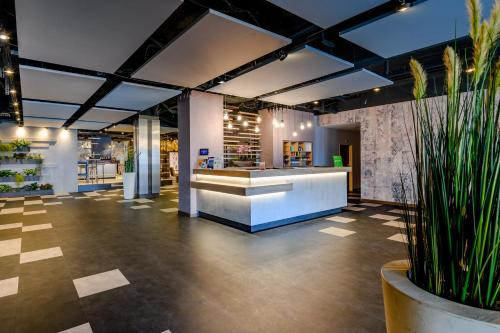 The lobby or reception area at Ibis Styles Regensburg