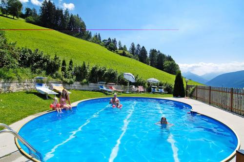 Der Swimmingpool an oder in der Nähe von Pension-Appartement Mitterhofer