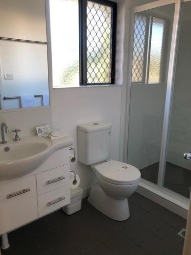A bathroom at Biloela Palms Motor Inn