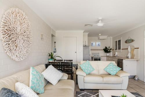 A seating area at Lennox Head Beachfront Apartments