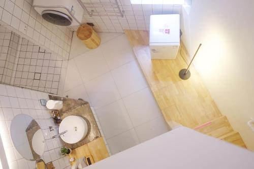 A bathroom at T.G Studio Jiangnanxi Branch